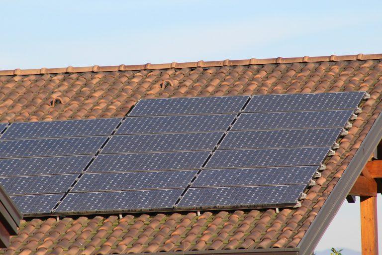 Como a implementação de energia solar pode reduzir os gastos da sua empresa